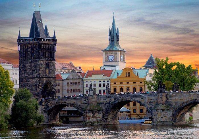 Beautiful photos/Nature - Page 3 Walk-across-the-612-year-old-charles-bridge-in-prague-czech-republic